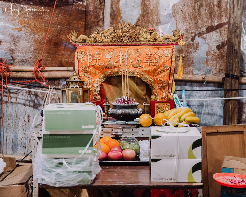 A mini temple is always present on the backstage, surrounded by fruits offered to the gods.